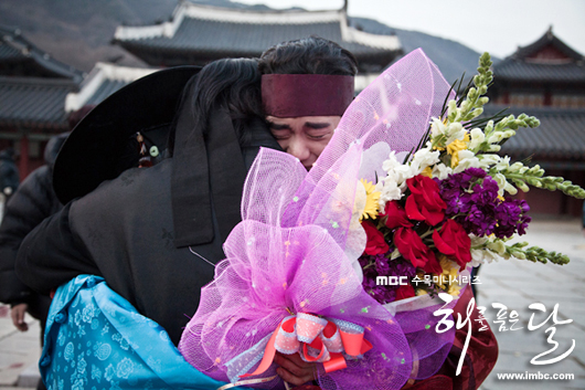 Jung II-woo in The Moon that Embraces the Sun Episode 20 BTS Last take flowers 00003
