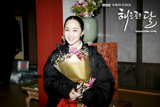 Jung II-woo in The Moon that Embraces the Sun Episode 20 BTS Last take flowers 00005