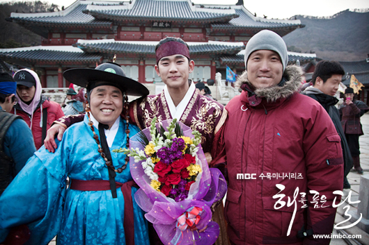 Jung II-woo in The Moon that Embraces the Sun Episode 20 BTS Last take flowers  00006.jpg