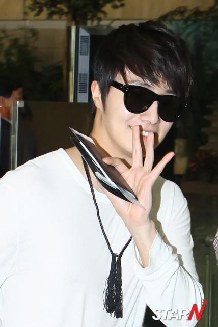 2012 4 Jung II-woo in Beige arrives to Gimpo airport. 00009