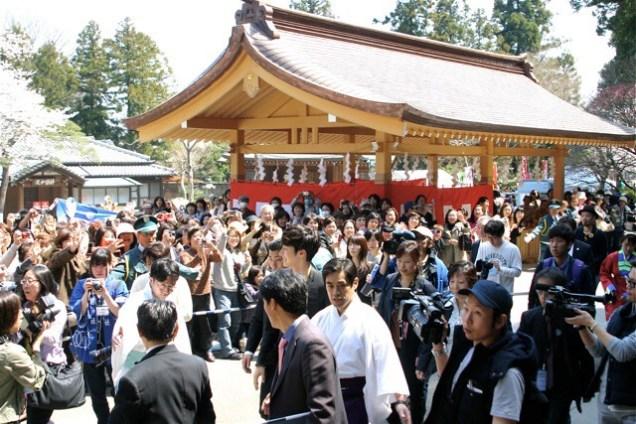 2012 4 Jung II-woo in Japan Koma Shrine Xtras00004