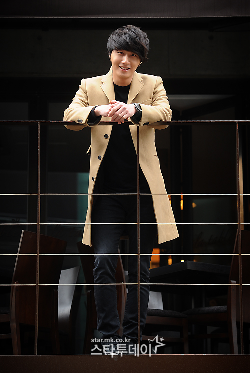 Jung II-woo in Beige Overcoat for various Interviews 2012 00003