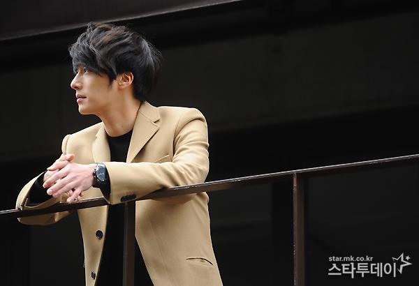 Jung II-woo in Beige Overcoat for various Interviews 2012 00005