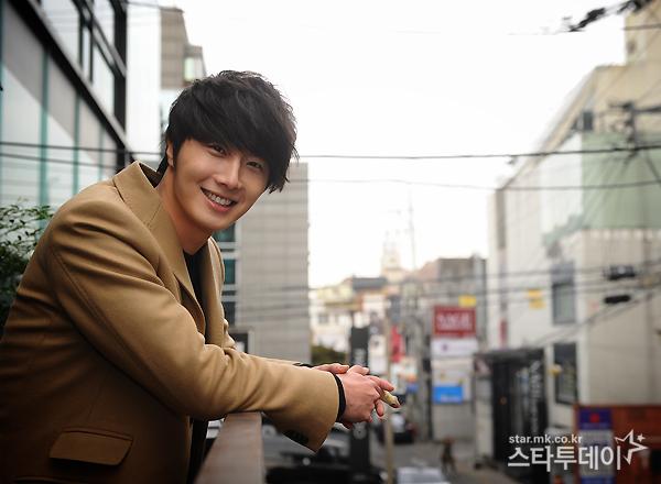 Jung II-woo in Beige Overcoat for various Interviews 2012 00010