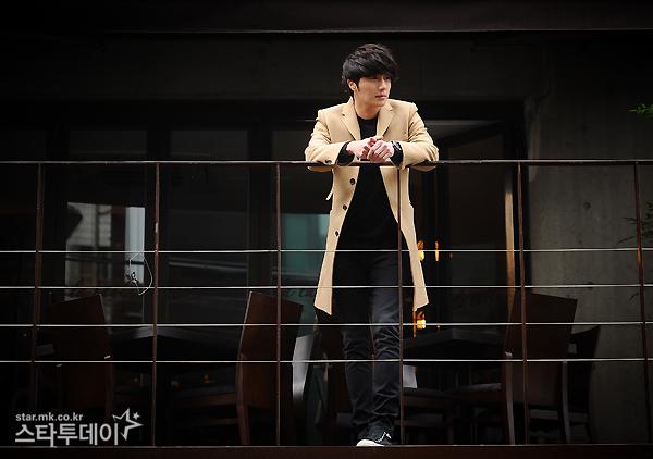 Jung II-woo in Beige Overcoat for various Interviews 2012 00011