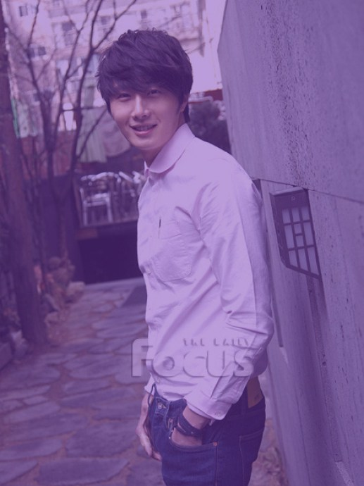 Jung II-woo in purple 1 .jpg