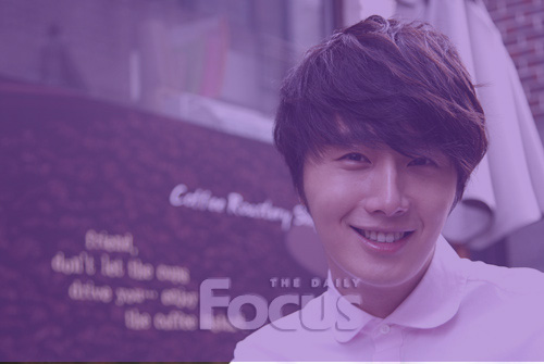 Jung II-woo in purple 5 .jpg