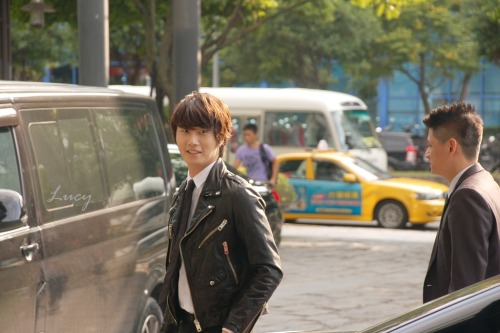 2012 10 23 Jung II-woo travels to Taiwan. 100% Entertainment Show Part 2 Being Transported 00005