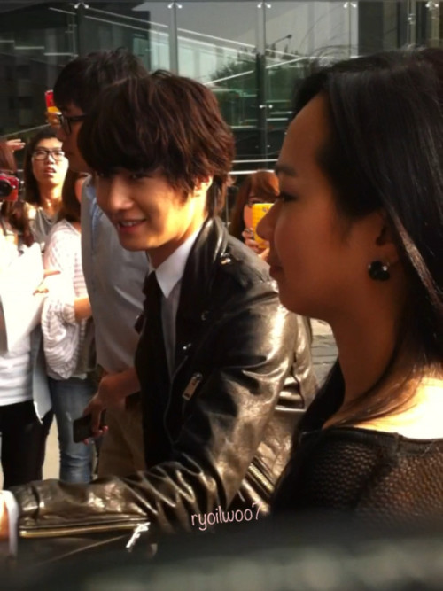 2012 10 23 Jung II-woo travels to Taiwan. 100% Entertainment Show Part 2 Being Transported 00013