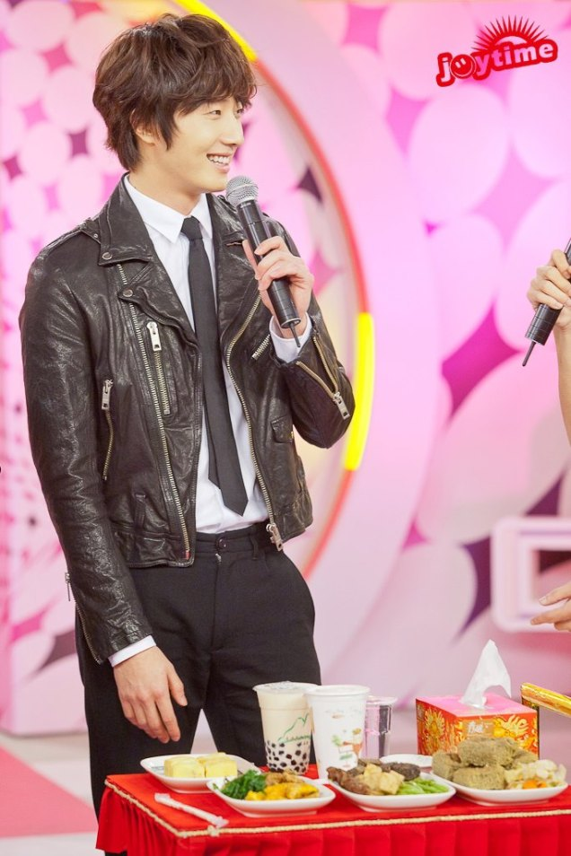 2012 10 23 Jung II-woo travels to Taiwan. 100% Entertainment Show Part 2 Show00002