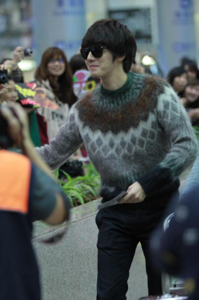 2012 10 23 Jung II-woo travels to Taiwan. Airport Arrival00006