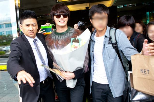 2012 10 23 Jung II-woo travels to Taiwan. Airport Arrival00013
