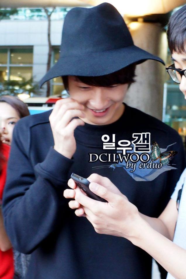 2012 10 23 Jung II-woo travels to Taiwan. Airport. Leaving Taiwan00001