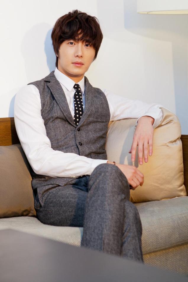 2012 10 23 Jung II-woo travels to Taiwan. China News 360 Interview Photos 00012