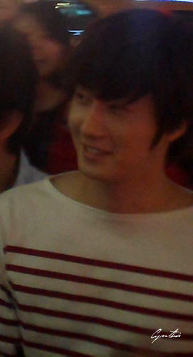 2012 10 23 Jung II-woo travels to Taiwan. Hanging out!00003