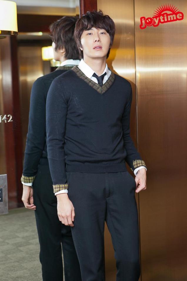 2012 10 23 Jung II-woo travels to Taiwan. Photo Op 2 in Hotel 00003