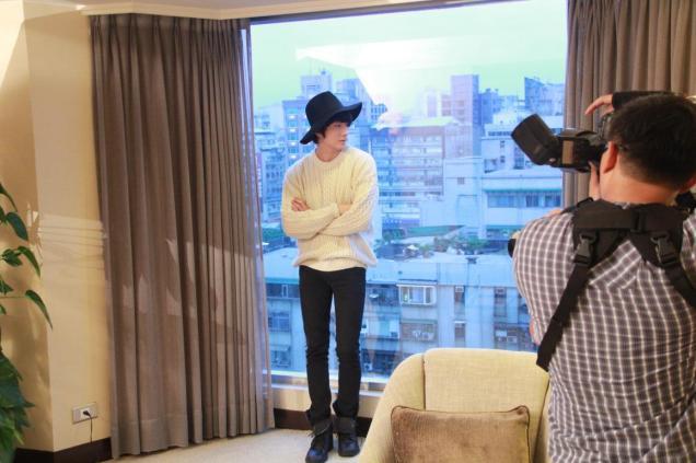 2012 10 23 Jung II-woo travels to Taiwan. Photos Op Hotel Room 00002