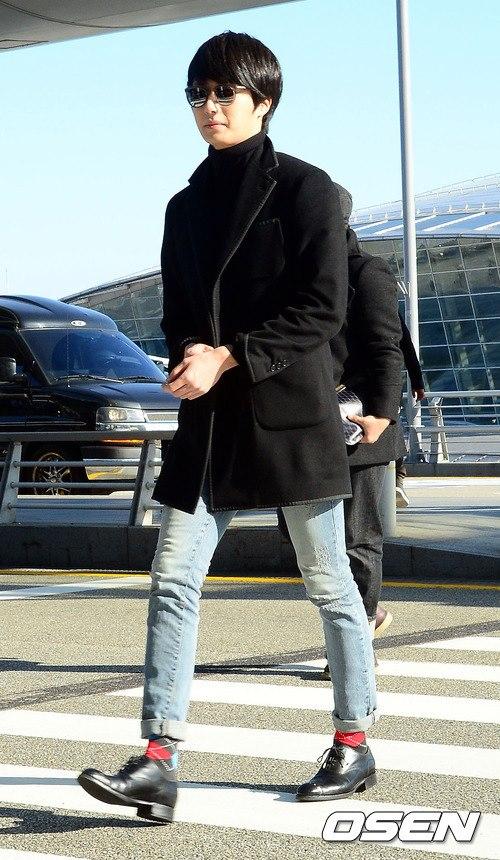 2012 11 30 Jung II-woo at the MAMA Awards Airport Arrival00003