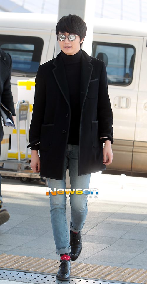 2012 11 30 Jung II-woo at the MAMA Awards Airport Arrival00004