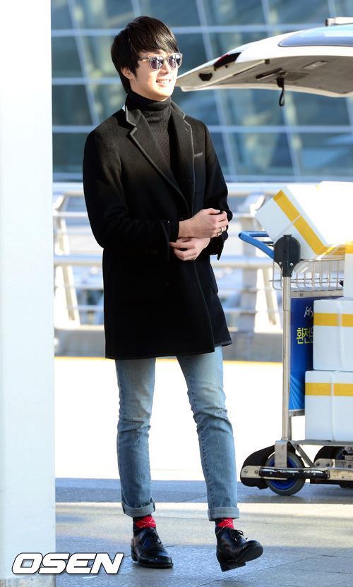 2012 11 30 Jung II-woo at the MAMA Awards Airport Arrival00005