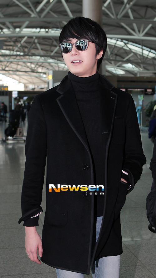 2012 11 30 Jung II-woo at the MAMA Awards Airport Arrival00006