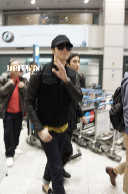 2012 11 30 Jung II-woo at the MAMA Awards Airport Departure00001