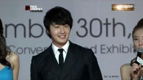 2012 11 30 Jung II-woo at the MAMA Awards Screen Caps00005
