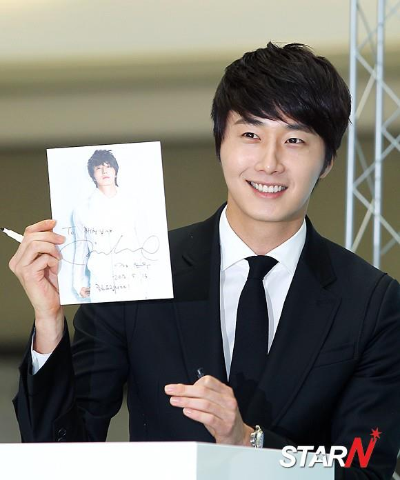 2012 5 Jung II-woo in Philip's Event for winning best skin among male college students 00007