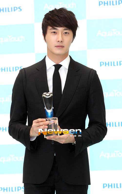 2012 5 Jung II-woo in Philip's Event for winning best skin among male college students 00025