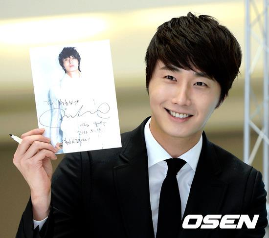 2012 5 Jung II-woo in Philip's Event for winning best skin among male college students 00027
