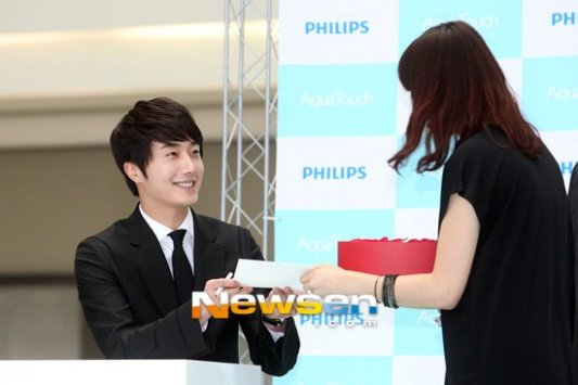 2012 5 Jung II-woo in Philip's Event for winning best skin among male college students 00030