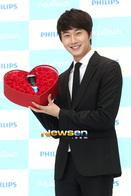 2012 5 Jung II-woo in Philip's Event for winning best skin among male college students 00031