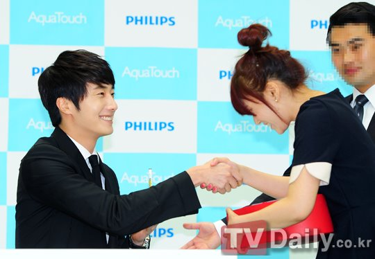 2012 5 Jung II-woo in Philip's Event for winning best skin among male college students 00033