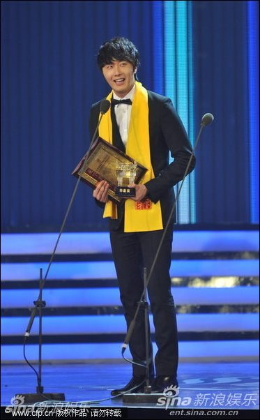 2012 7 3 Jung II-woo receives the Grand Prize for an Asian young Male in China.00008