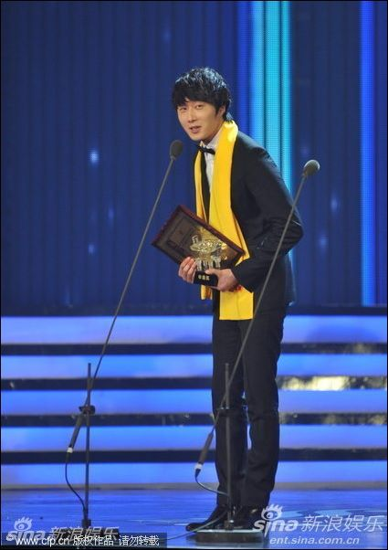 2012 7 3 Jung II-woo receives the Grand Prize for an Asian young Male in China.00009