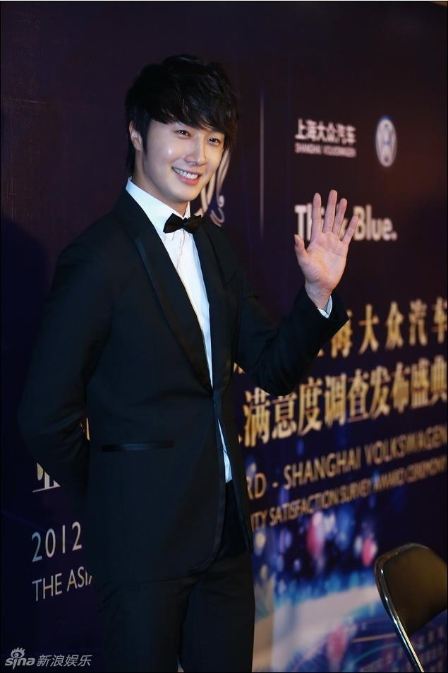 2012 7 3 Jung II-woo receives the Grand Prize for an Asian young Male in China.00011