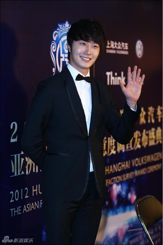 2012 7 3 Jung II-woo receives the Grand Prize for an Asian young Male in China.00014