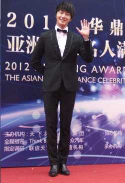 2012 7 3 Jung II-woo receives the Grand Prize for an Asian young Male in China.00026