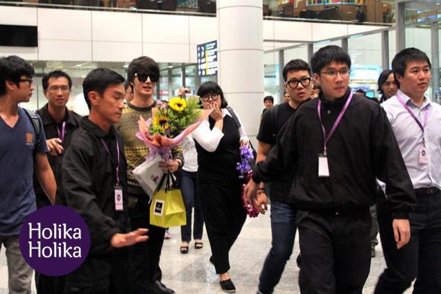 2012 9 23 Jung II-woo in Holika Holika's Fan Meet in Malaysia (airport) 00149