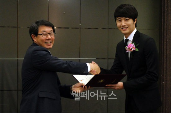 """Actor Jung Il-woo was awarded the """"Sharing Impression"""" at the """"2nd Happiness Sharing Person"""" awards ceremony by the Ministry of Health and Walfare 1.jpg"""
