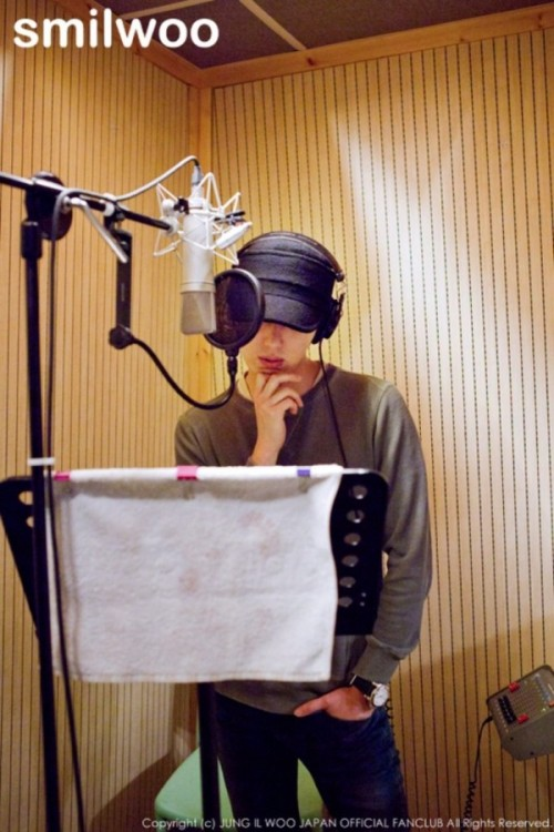 2013 2 Jung II-woo atthe recording studio preparing sound for a Fan Meet.00003