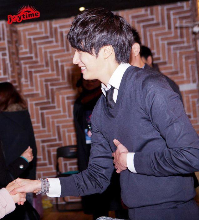 Jung II-woo at Taiwan Fan Meeting Hand Shake 2012 12 800001.jpg