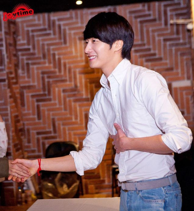 Jung II-woo at Taiwan Fan Meeting Hand Shake 2012 12 800002.jpg