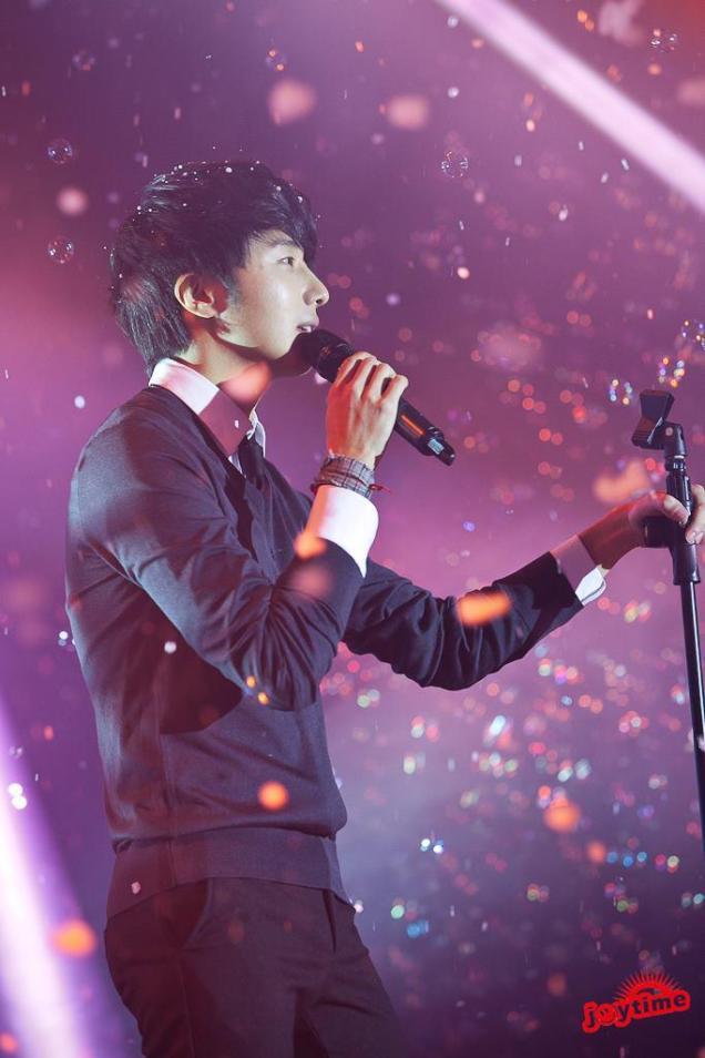 Jung II-woo at Taiwan's Fan Meeting 2012 12 8 Singing 00001