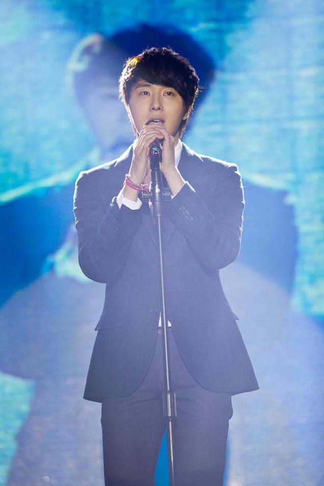 Jung II-woo at Taiwan's Fan Meeting 2012 12 8 Singing 00003