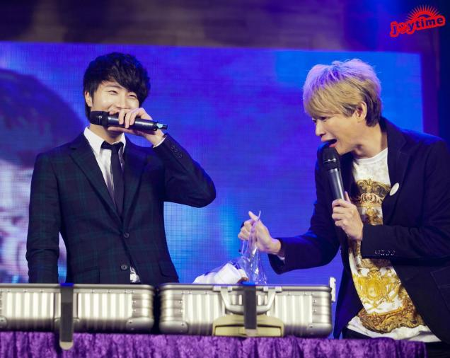 Jung II-woo at Taiwan's Fan Meeting 2012 12 8 With Host00011