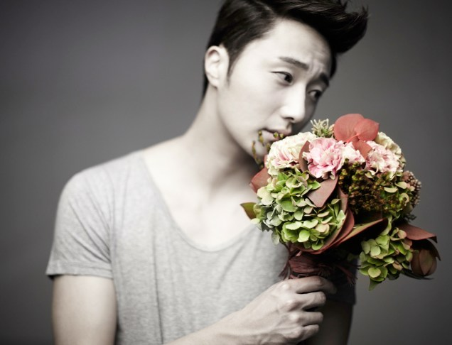2013 10 Jung II-woo Rainbow Photo Shoot, Part 7 With flowers. Cr. Kwon Yoon-sung 00006