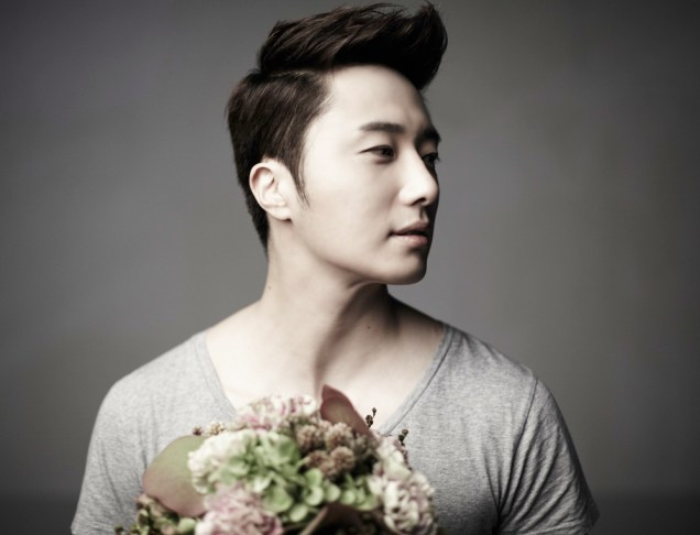 2013 10 Jung II-woo Rainbow Photo Shoot, Part 7 With flowers. Cr. Kwon Yoon-sung 00007