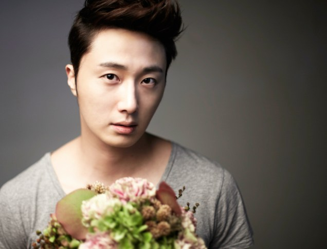2013 10 Jung II-woo Rainbow Photo Shoot, Part 7 With flowers. Cr. Kwon Yoon-sung 00008