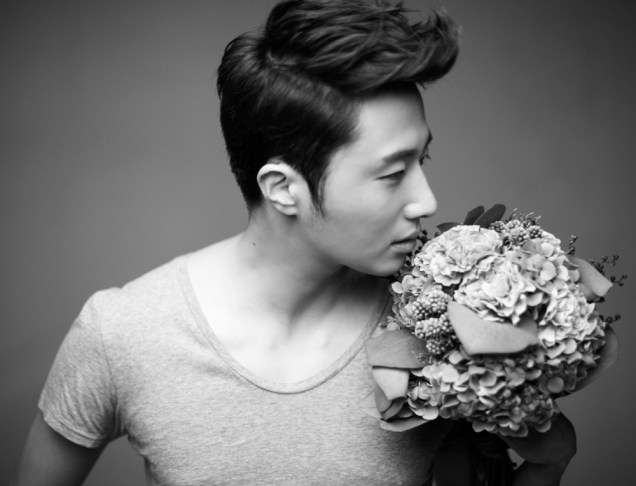 2013 10 Jung II-woo Rainbow Photo Shoot, Part 7 With flowers. Cr. Kwon Yoon-sung 00009